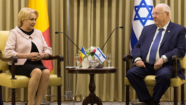 Dăncilă (L) and President Rivlin. Iohannis said her visit to Israel was shrouded in 'absurd secrecy' (Photo: Reuters)