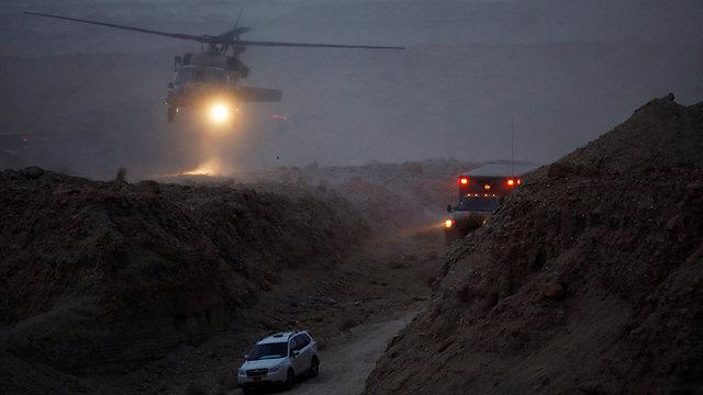 כוחות חילוץ בנחל צפית (צילום: רויטרס)