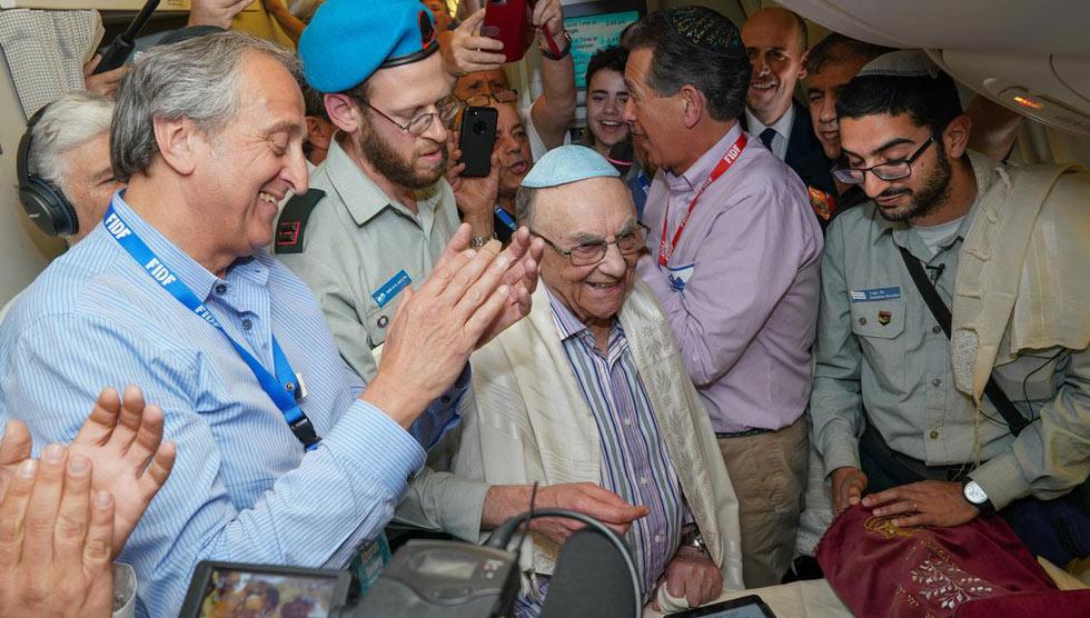 Auschwitz-Birkenau survivor Leon Shear celebrating his bar mitzvah on the FIDF flight from Poland to Israel on April 16  (Photo: Shahar Azran)