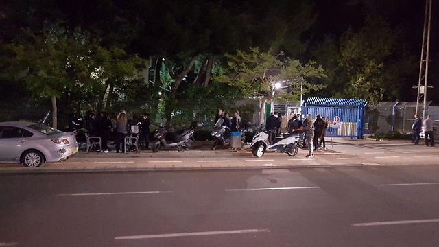 Родители погибших детей прибывают в Институт судмедэкспертизы для опознания. Фото: Ави Хай