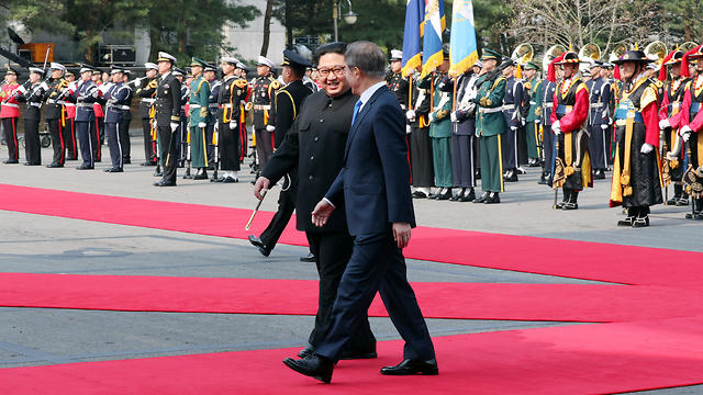 שני המנהיגים סוקרים את מצעד הכבוד (צילום: רויטרס)
