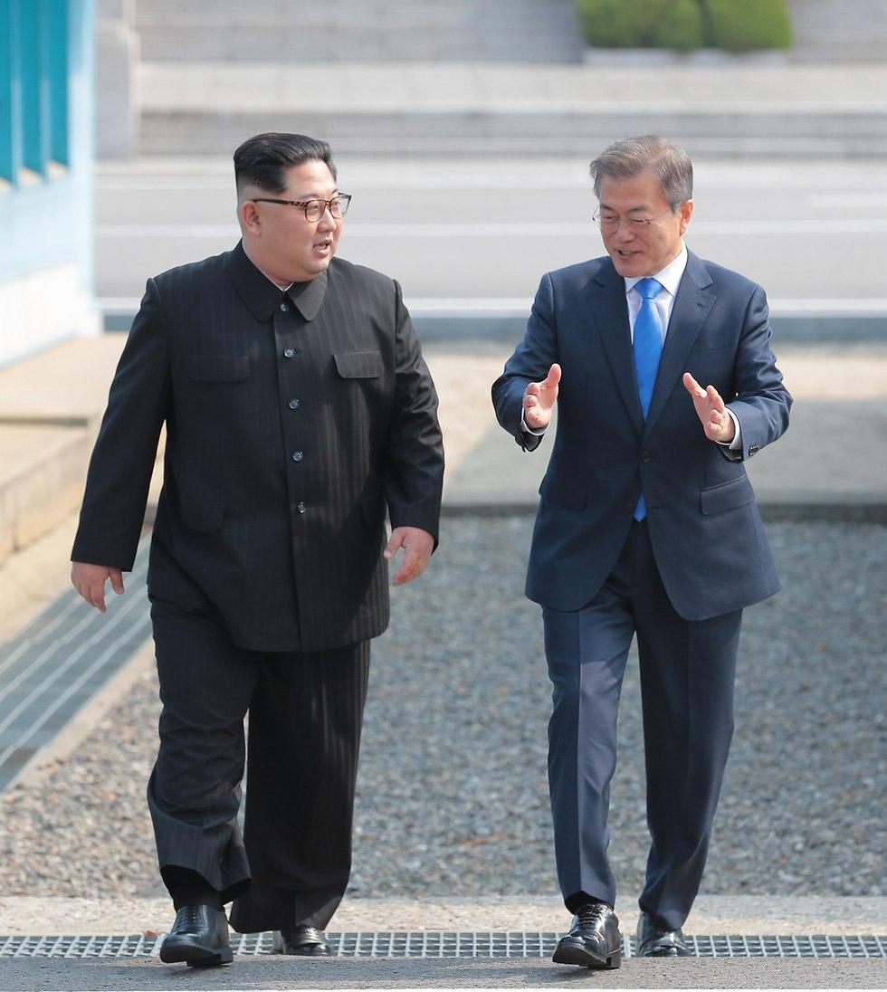 שני המנהיגים צועדים (צילום: EPA)
