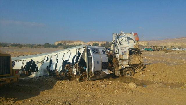 משאית התהפכה באזור הערבה (צילום: דוברות משטרה)