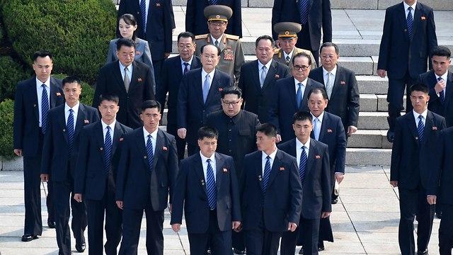 מאבטחים של קים ג'ונג און  (צילום: AFP)