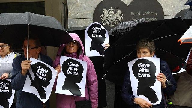 בריטניה פעוט אלפי אוונס מאבק משפטי מת הלך לעולמו (צילום: EPA)