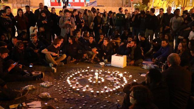 הדלקת נרות משותפת ל זכר ה נספים אסון ב נחל צופית ב ערבה בכיכר ציון בירושלים (צילום: יצחק קלמן/TPS)