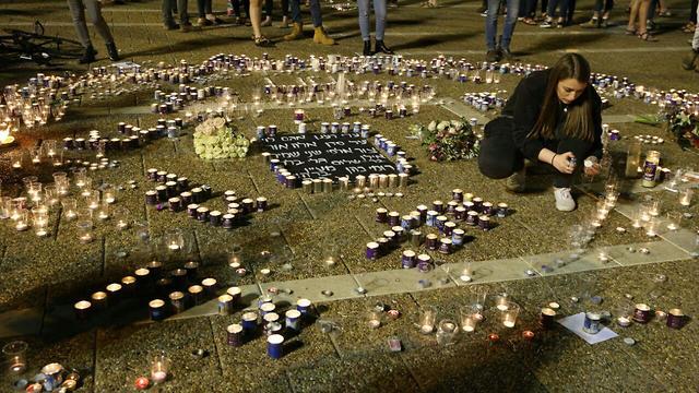 הדלקה  משותפת נר זיכרון לזכר  בני הנוער ש נספו באסון נחל צפית בכיכר רבין תל אביב (צילום: מוטי קמחי)