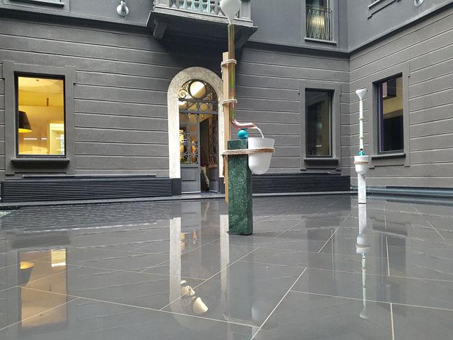 ארתור הופמן הצרפתי עיצב לגלריה קראוון הלבנונית מזרקות מקוריות שהשתלבו היטב בחצר הפנימית, שכולה בריכת שיקוף, של מלון senato (צילום: ענת ציגלמן)