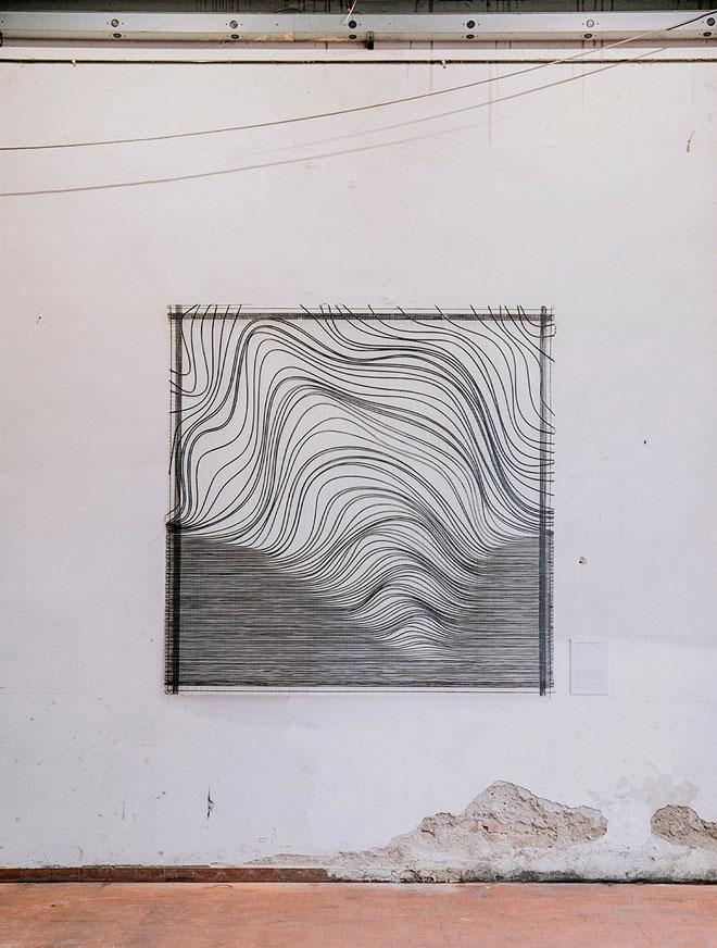 עדינות קווית גם בשטיח הקיר שיצרה רונה מיוחס קובלנץ (kukka) לתערוכה של I-mesh (צילום: Sirio Vanelli)