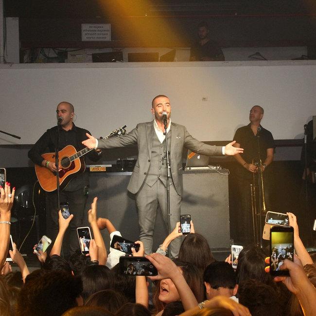 מחבק את הקהל (צילום: אור גפן)