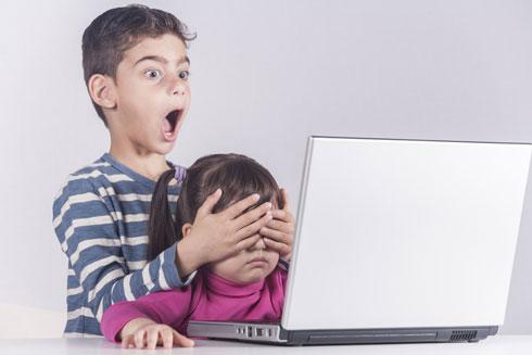 """""""הפורנו מתנהל היום במידה רבה באמצעות הסמארטפונים, אייפדים וכו', גם בקרב ילדים בגילאי גן"""". צילום אילוסטרציה (צילום: Shutterstock)"""