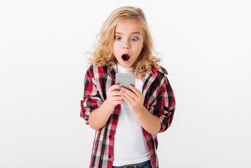 בקרב בנות, הצפייה בפורנוגרפיה יכולה להזיק לדימוי הגוף, להביא להתנסות מינית מוקדמת או לדחייה מוחלטת מכל מה שקשור למיניות (צילום: Shutterstock)