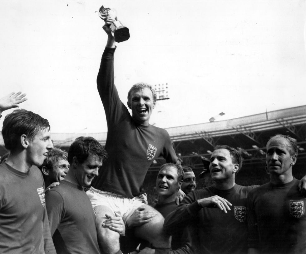 בובי מור מניף את גביע העולם בוומבלי ב-1966 (צילום: getty images)