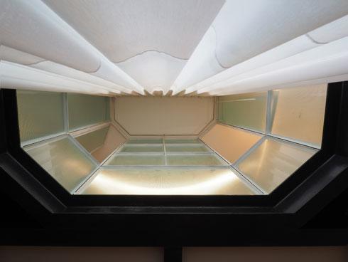 חלון מיוחד, משותף לגובה שתי קומות, בין חדריהן של שתי  הילדות (צילום: נגה שחם פורת)