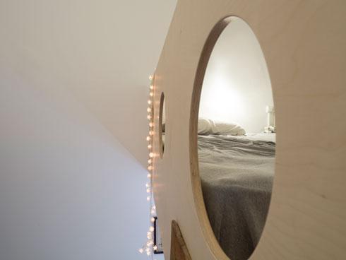 חלון הצצה מהמיטה (צילום: נגה שחם פורת)