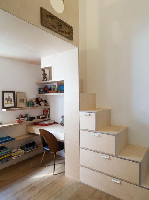 חדרו של הבן בקומת הקרקע, עם רהיט אחד שכולל מיטה, מגירות אחסון ופינת עבודה (צילום: נגה שחם פורת)