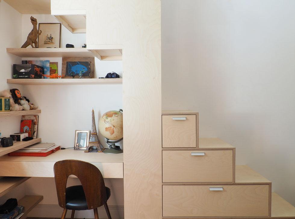 חדר הבן, עם אלמנט נגרות שכולל שולחן ומדרגות שמטפסות מעליו למיטה (צילום: נגה שחם פורת)