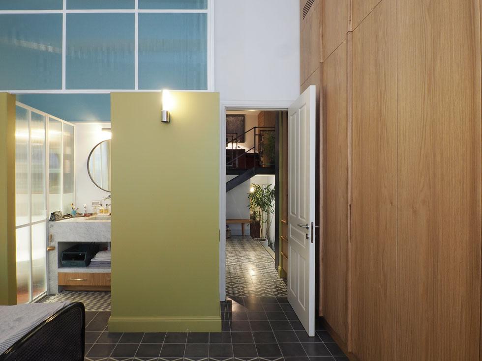 מבט מתוך חדר ההורים אל המבואה, ואל חדר הרחצה שלהם (צילום: נגה שחם פורת)