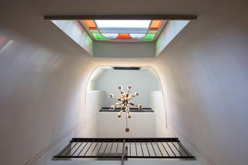 נברשת דומיננטית יוצרת, יחד עם הוויטראז', חלל מדרגות מרשים (צילום: עמית גרון)