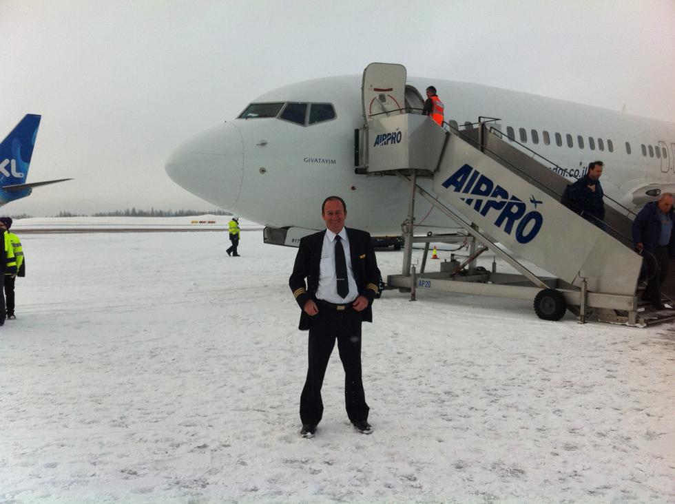 """הטייס ניר פדן בנמל תעופה בפינלנד. """"התחום של פיתוח מטוסים הוא מאוד רחב, ויש בו מעטפת של הרבה תחומים, ובמיוחד פסיכולוגיה""""  (צילום: אלבום פרטי)"""