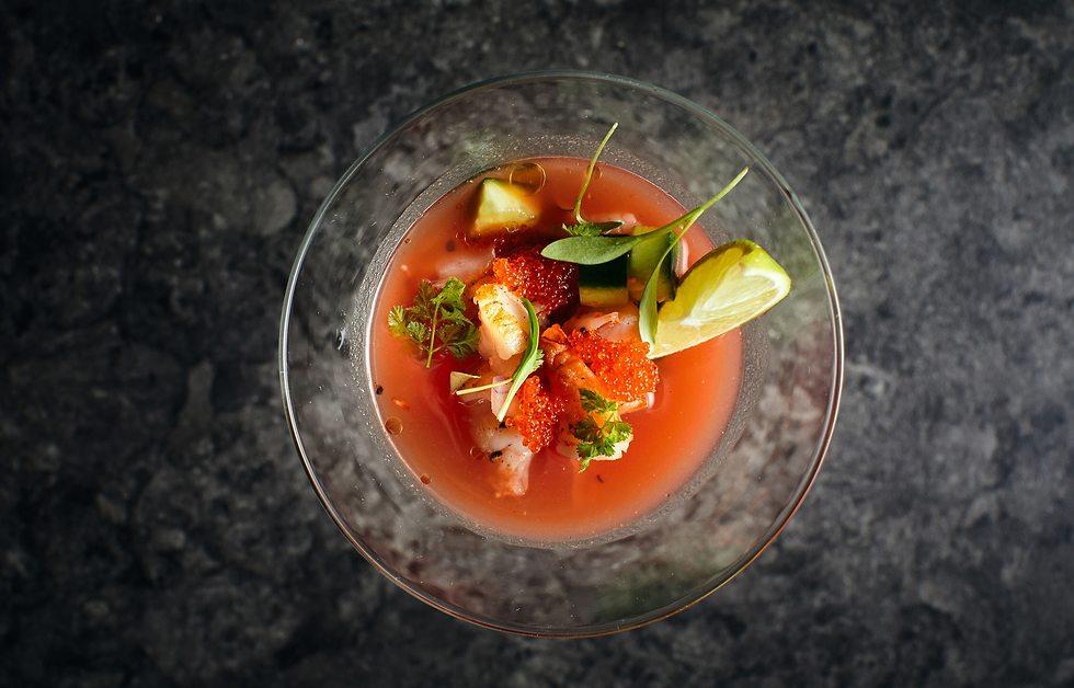 שרימפס על מרק עגבניות (צילום: אמיר מנחם)