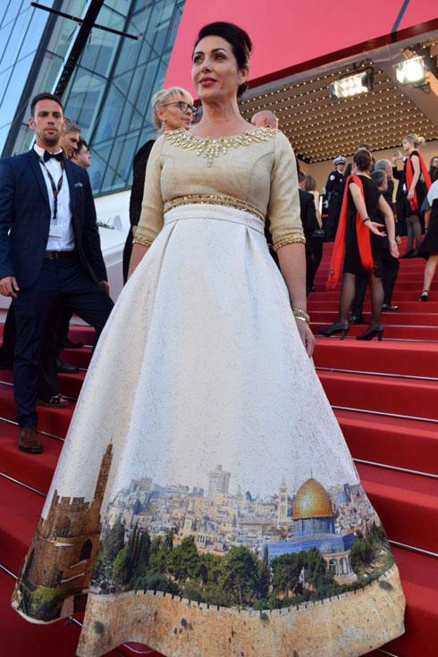 """זכתה לכינוי """"שרת האופנה"""". רגב עם שמלת ירושלים בפסטיבל קאן (צילום: אלי סבתי)"""
