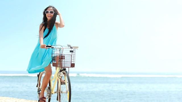אישה רוכבת על אופניים (צילום: shutterstock)