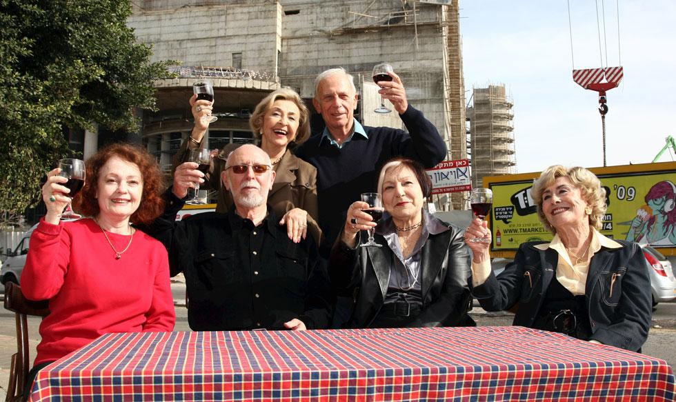 """פרידלנד (משמאל) ב-2009 עם ותיקי תיאטרון הבימה שלמה בר שביט, ליא קניג, אלכס פלג, טובה פרדו ומרים זוהר. """"לא רצו לתת לי לדבר בטקס"""" (צילום: שאול גולן)"""