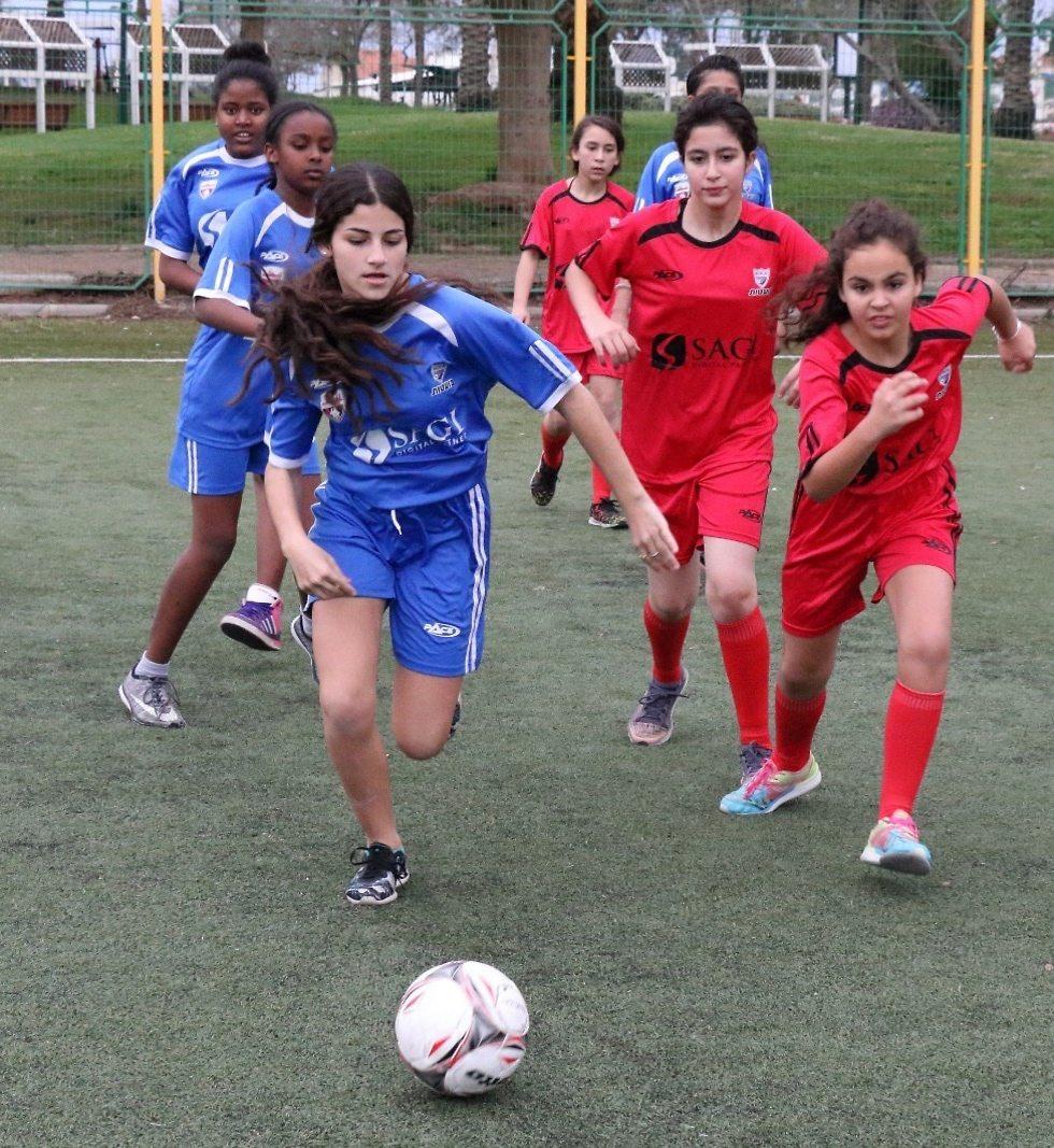 נערות יהודיות מוסלמיות ודרוזיות משחקות כדורגל ()