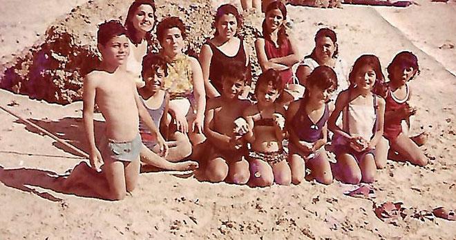 """נעים-קדר (רביעית מימין) בחוף נתניה, עם ילדי השכונה. """"החוף היה לנו כבית שני"""" (צילום: אלבום פרטי)"""