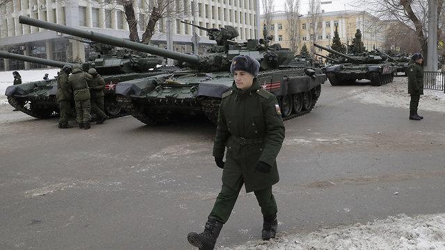 טנקים T-90 במצעד צבאי של רוסיה (צילום: רויטרס)