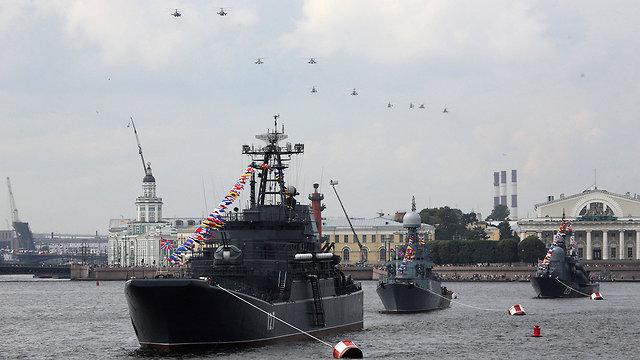 מסוקים צבאיים ו ספינות חיל הים של רוסיה ב סנט פטרבורג  (צילום: רויטרס)