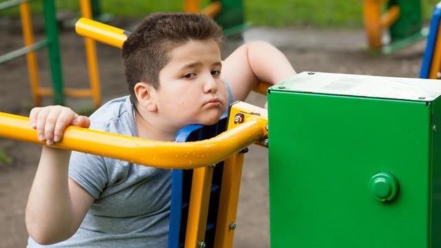 ילד יושב (צילום: shutterstock)