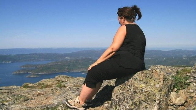 אישה יושבת (צילום: shutterstock)