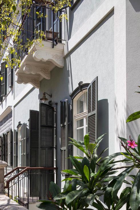 למרפסות בחזיתות הצד תומכות מעוטרות במגיני דוד (צילום: עמית גרון)