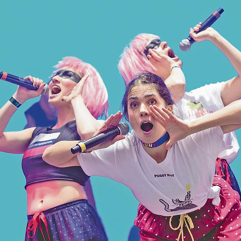 """נדיה טולוקוניקובה (במרכז), מריה אליוכינה (משמאל) וקאטיה סמוצביץ' (מימין) בהופעה בארה""""ב, בהרכב מצומצם של ה""""פוסי ריוט""""."""