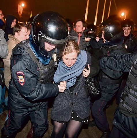 """אליוכינה (במרכז) נעצרת בהפגנה במוסקבה. """"אם נדקור את הישבן שלו בסיכה, פוטין יקפוץ מכיסאו הנשיאותי"""""""