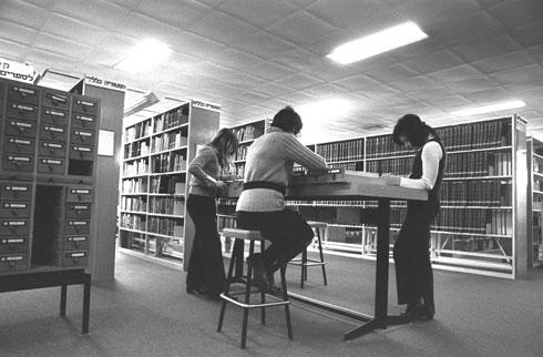 """היסטוריה: לא צריך לבקש מהספרנית את הספר - אפשר להגיע אליו לבד (צילום: יעקב סער, לע""""מ)"""