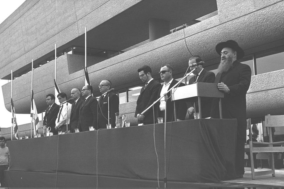 """עצרת מחאה נגד תליית יהודים בעיראק, שהתקיימה בחזית הספרייה. המבנה הייצוגי ביותר בקמפוס (צילום: פריץ כהן, לע""""מ)"""