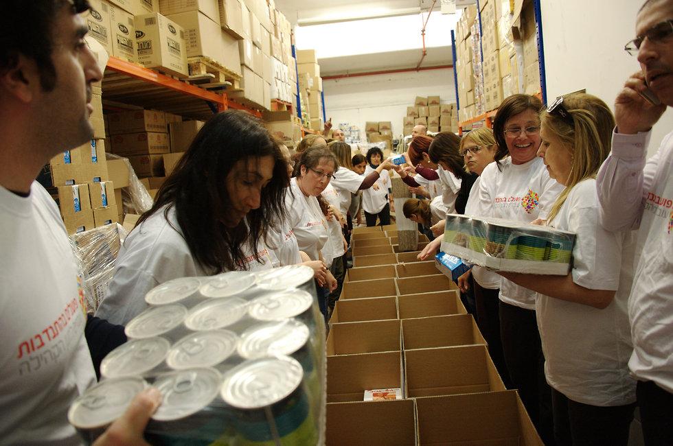 מתנדבים אורזים מזון לנזקקים ()