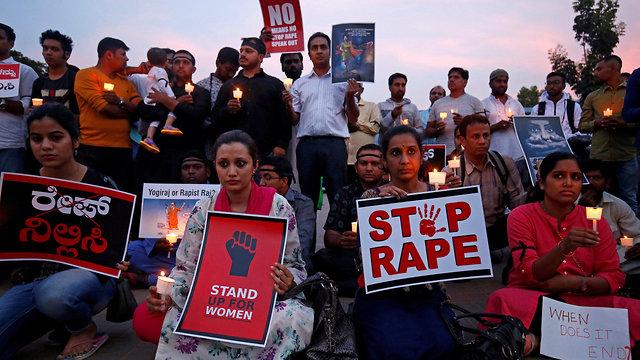 הפגנה ב הודו במחאה על אונס ילדה בת 8 ב קטואה ליד ג'אמו ואונס נערה ב אונאו אוטר פרדש (צילום: רויטרס)