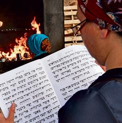 אישה מתפללת בהר מירון