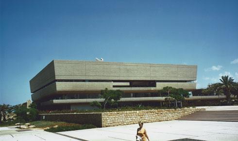 האדריכלית שולמית נדלר על רקע הספרייה הטרייה. ההתפעלות מהמבנה הובילה לקשר רב-שנים בין המשרד לבין האוניברסיטה (צילום: אריאל נדלר, מתוך אוסף שולמית ומיכאל נדלר)