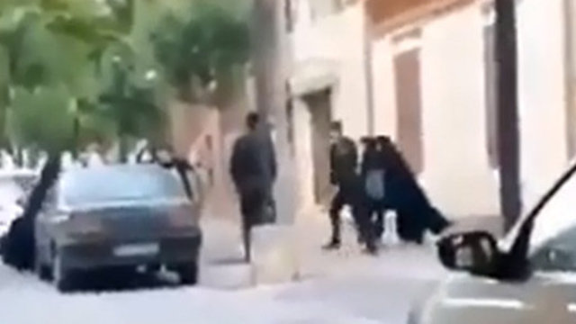 איראן משטרת הצניעות גוררת אישה איראנית ל ניידת ()