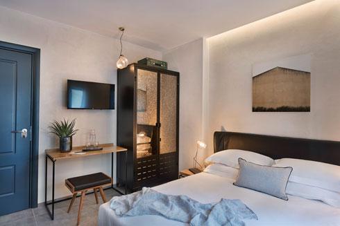 הארונות נבחרו עם מראה בגוון ברונזה, במראה ישן (צילום: אסף פינצ׳וק)