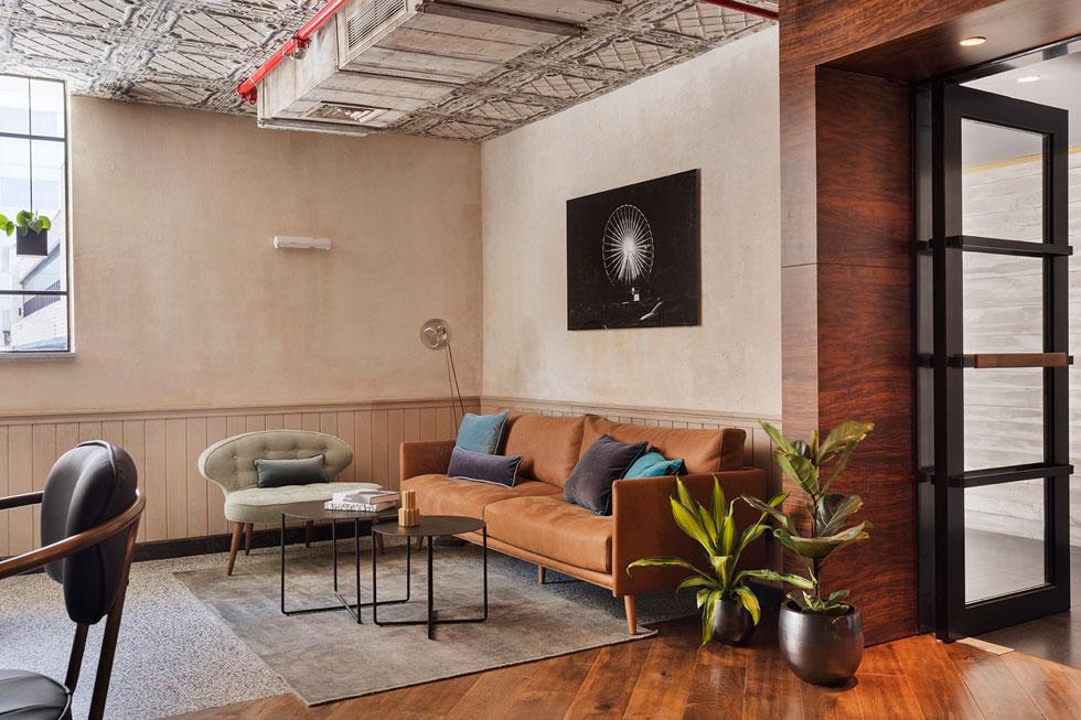 על עיצוב המרחבים הציבוריים וחזית המלון הופקד ירון טל, ואת חלוקת הפנים ועיצוב החדרים עשה האדריכל אסף סלומון (צילום: אסף פינצ׳וק)