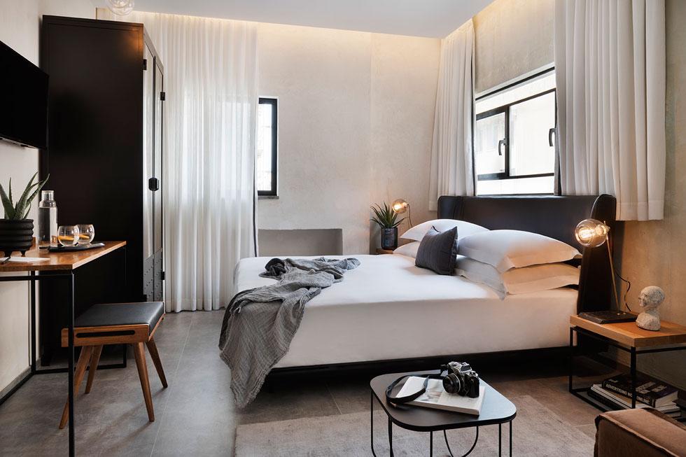 החדרים סולידיים ובהירים. בכולם אותה פלטת צבעים רכה ואותם רהיטים (צילום: אסף פינצ׳וק)