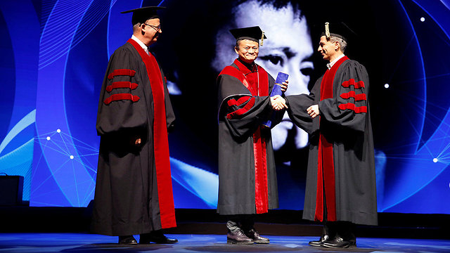Jack Ma receiving honorary doctorate (Photo: Reuters)