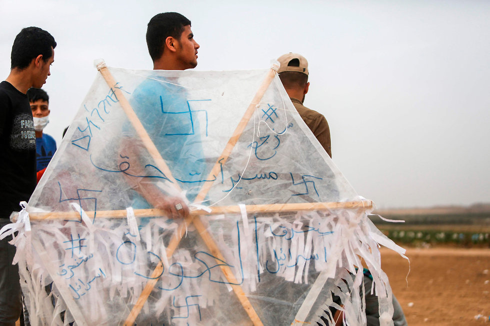 Палестиницы со змеем-поджигателем. Фото: AFP (Photo: AFP)