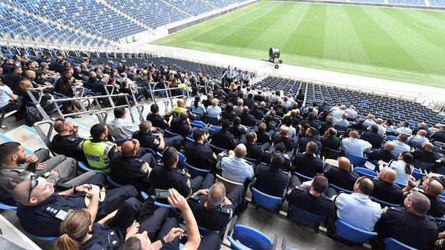 תדרוך שוטרים באצטדיון סמי עופר בחיפה (צילום: דוברות משטרת ישראל)
